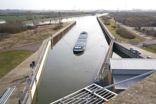 Einfahrt eines Schiffes in die Schleuse Rothensee im Norden von Magdeburg
