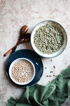Green and yellow peas in bowl