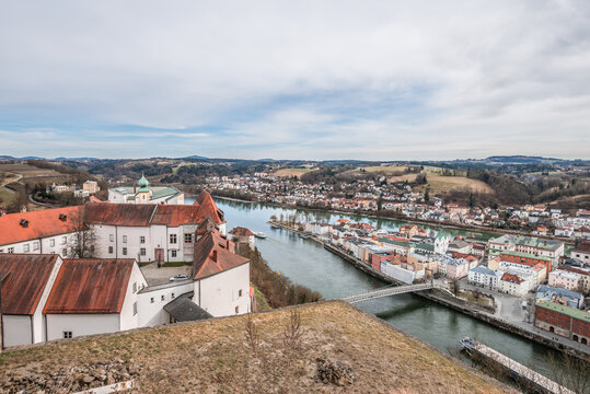 Berühmte Stadtansicht von der drei Flüsse Stadt Passau mit Blick auf Fluss Donau und Inn der Altstadt und das Rathaus und Dom gesehen von der Feste Oberhaus, Deutschland