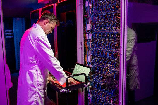 Network engineer configurating blade server
