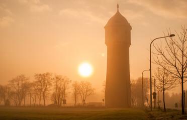 wieża mgła i słońce