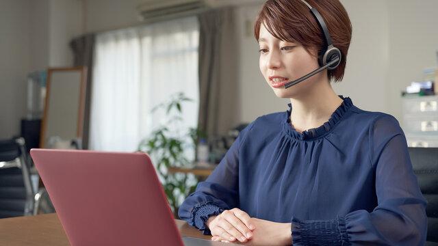 オンライン授業を受ける女性 ビデオ会議 テレワーク リモートワーク
