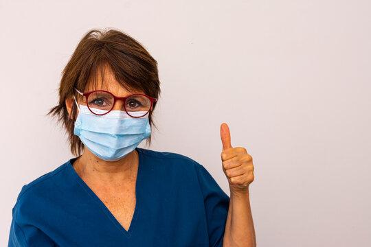 mujer medica con mascarilla y tunica azul