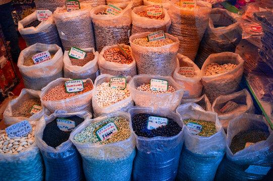 Venta de variedad de legumbres secas en Madrid, España.