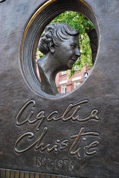 Das Bronze Denkmal von der Schriftstellerin Agatha Christie in London. Großbritannien, 31. Februar 2006