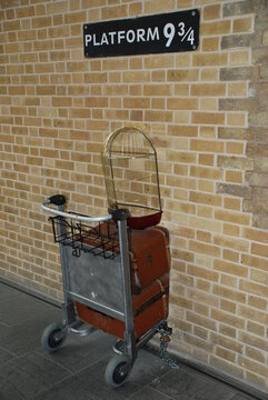 Der berühmte Harry Potter Bahnsteig 9¾ in der Kings Cross Station in London. UK,  2. Februar 2006