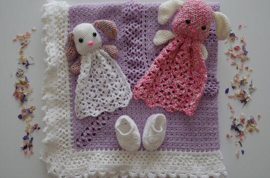 Lapins blanc et rose, chaussons et couverture de naissance crocheté à la main pour célébrer l'arrivée d'un nouveau bébé