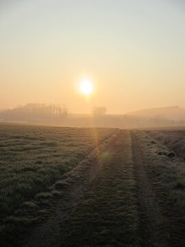 Ein wunderschöner Sonnenaufgang hinter den Hügeln am frühen Morgen