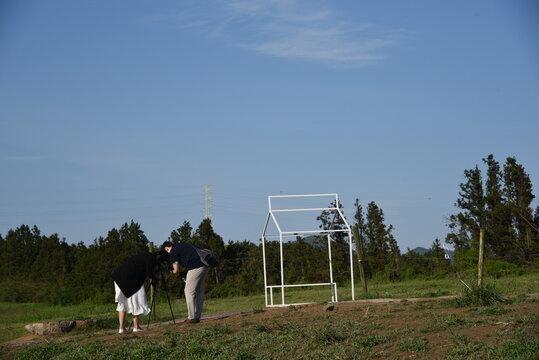 자연을 촬영하고 있는 남녀 커플, Couple Stare Sky Tree Grass