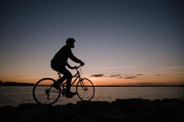 Fototapeta Hombre monta en bici al atardecer obraz
