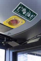 Fototapeta Wewnętrzny zawór awaryjnego otwierania drzwi w autobusie.  obraz