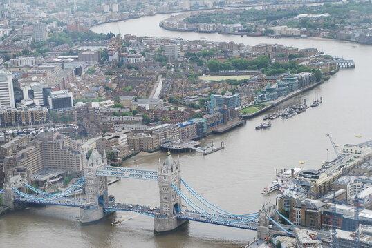 Luftaufnahme von der Tower Bridge . Sie ist eine Straßenbrücke über den Fluss Themse in London und nach dem nahen Tower of London benannt und wurde 1894 eröffnet.