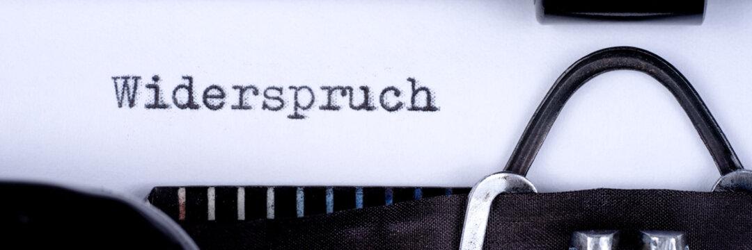 Widerspruch, geschrieben auf einer alten Schreibmaschine. Panorama