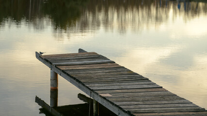 Kładka wędkarska nad spokojną wodą.