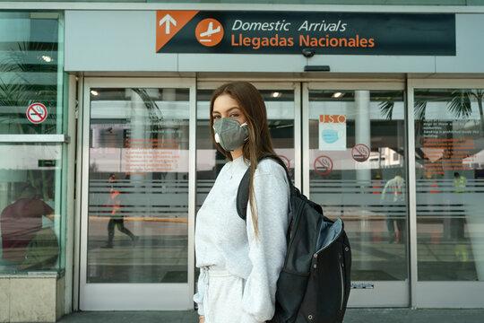 La joven está lista a viajar  desde el aeropuerto de Guadalajara.