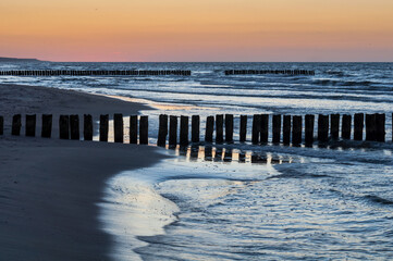 Zachód słońca nad morzem bałtyckim w Trzęsaczu, Polska, Trzesacz