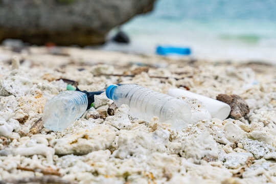 砂浜に打ち上げられたペットボトル 海洋ごみ問題 環境破壊イメージ