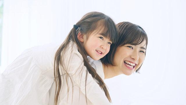 女の子をおんぶする女性 子育て・保育イメージ