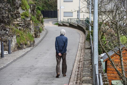 vieux senior age marche santé retraite pension