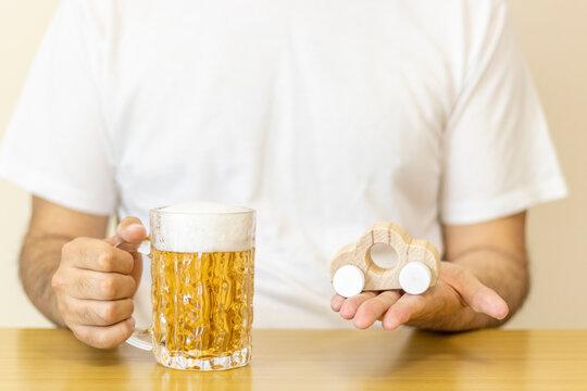 ビールを飲んで運転するイメージ