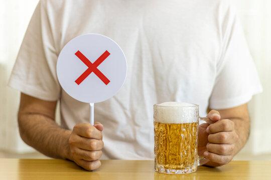ビールを飲む男性と、falseサイン(30代、日本人)