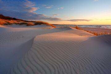 Wydmy na wybrzeżu Morza Bałtyckiego, plaża w Kołobrzegu, Polska.