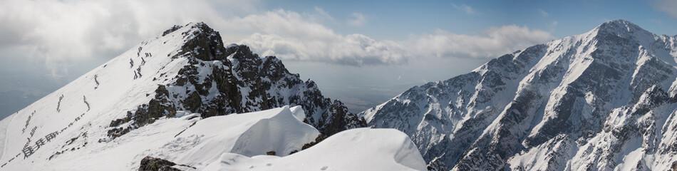 Fototapeta Górska panorama, góry, szczyty, góry, strome góry, skały, śnieg, chmury,