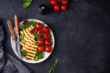 Vegetable salad with grilled halloumi cheese