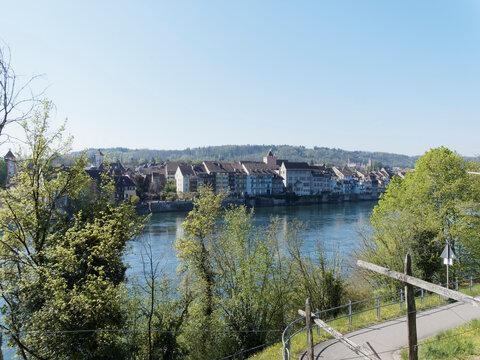 Circuit de promenade en allemagne longant la rive du Rhin entre le vieux Pont de Rheinfelden et la centrale hydraulique