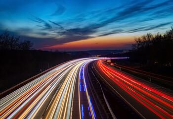 Autobahn Sauerlandlinie Hagen Lüdenscheid A45 Kurve Deutschland Blaulicht Unfall Polizei Feuerwehr Verkehr Abend Himmel Dämmerung blaue Stunde Farbverlauf EInsatz Geschwindigkeit Spuren Ruhrgebiet
