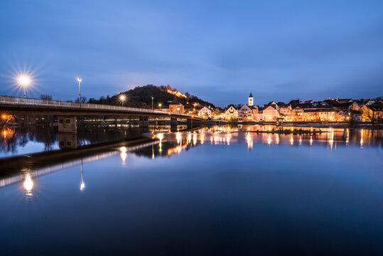 Brücke und Stadtansicht mit der Burg der Stadt Burglengenfeld und Fluss Naab in der Oberpfalz im Zwielicht zur blauen Stunde Abends während der Dämmerung, Deutschland