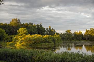 Krajobraz z jeziorem i roślinnością ciągnącymi się po horyzont na tle pieknego nieba.