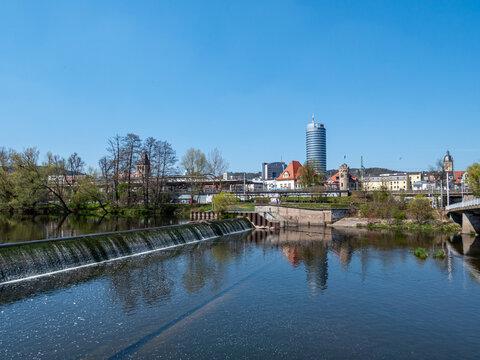 Blick auf Jena in Thüringen mit dem Fluss Saale