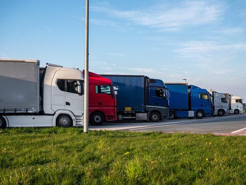 viele LKW auf Autobahnrastplatz