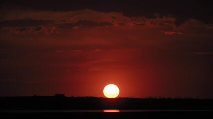 Piękny czerwono-pomarańczowy zachód słońca latem