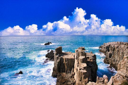断崖絶壁の東尋坊と入道雲