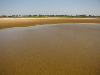 Płytka woda przy brzegu limanu przy morzu Azowskim, Ukraina