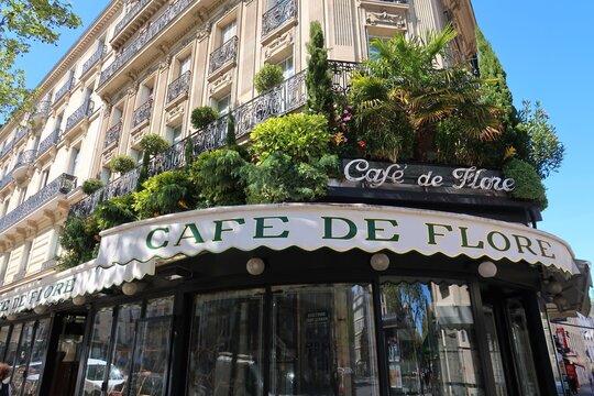 Enseigne du Café de Flore à Paris, célèbre café / bar / brasserie parisien sur le boulevard Saint-Germain dans le quartier de Saint-Germain-des-Prés – avril 2021 (France)