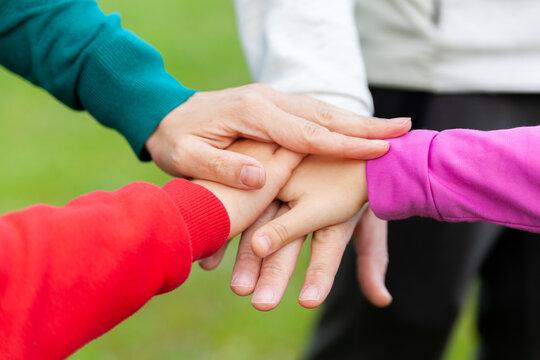 Las manos de la familia se apilan juntas. Unión, concepto de colaboración