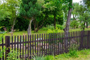 Piękny ogródek i płot latem
