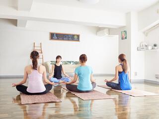 ヨガで瞑想をするアジア人の女性