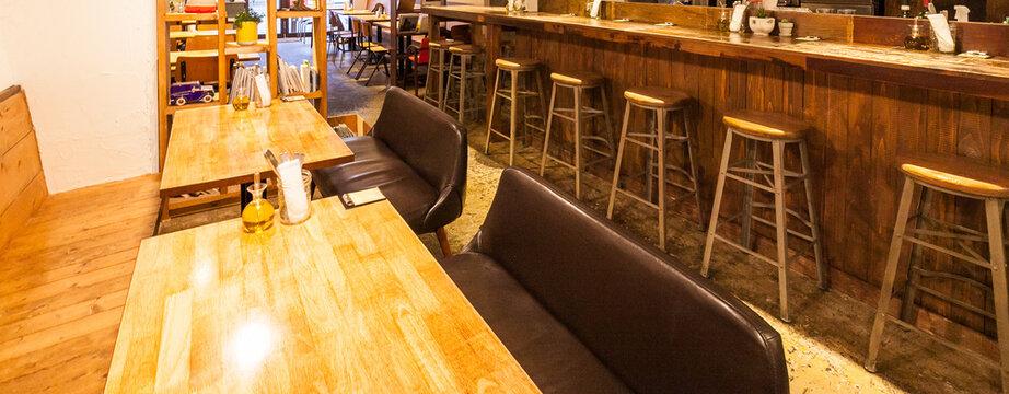 飲食店のカウンター席とテーブル席