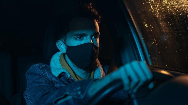 chico atento con mascarilla al volante