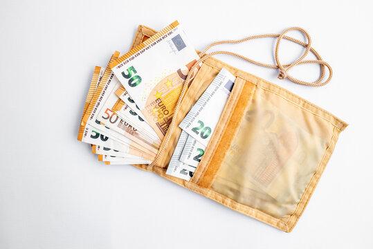 pochette remplie de billets de 50 et 20 euros