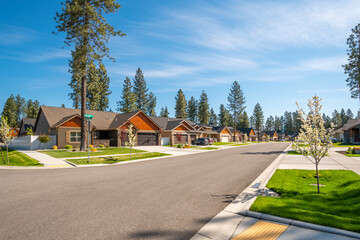 Fototapeta A neighborhood of new homes in a suburban community in the rural town of Coeur d'Alene, Idaho, USA. obraz