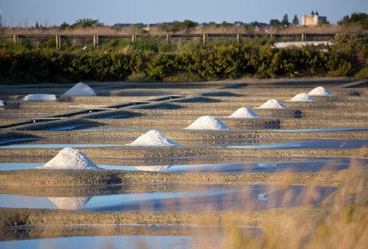 Tas de sel dans les marais salant de l'île de Noirmoutier en France.