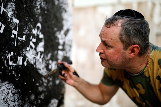 Art attack: Israeli ex-sniper blasts paint in mental-health message