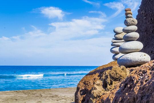Pyramides de galets sur plage