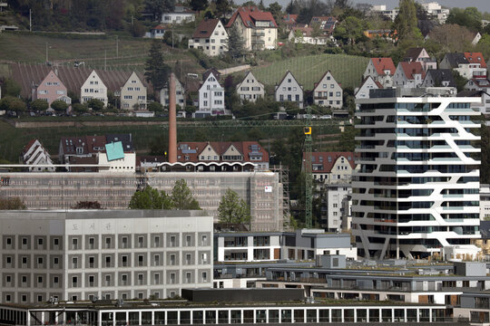 baukran für neue bebauung von wohnungen innenstadt stuttgart