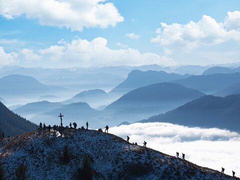 Tirol, Chiemgau Alps, Backpackers hiking up Heuberg summit
